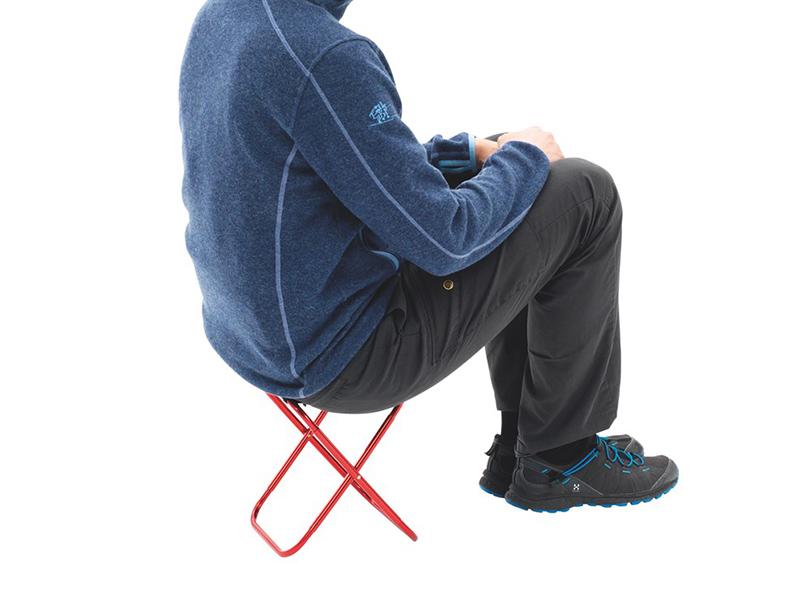 Мъж върху туристическо столче Robens Discover