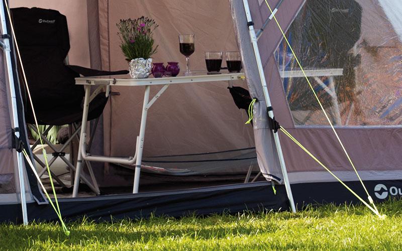 В палатката с маса Outwell Toronto M