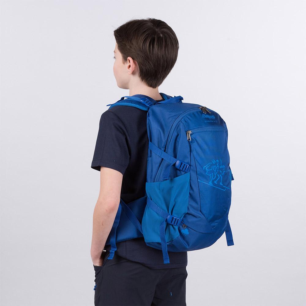На гръб с детска туристическа раница Bergans Birkebeiner Jr 22 Dark Royal Blue 2020