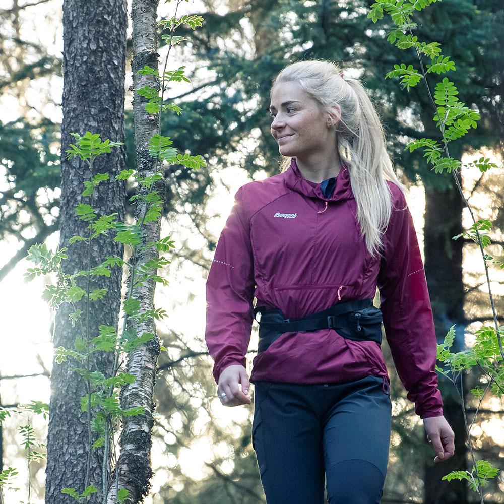 В гората с чантa за кръст Bergans Vengetind Hip Pack 6L Black