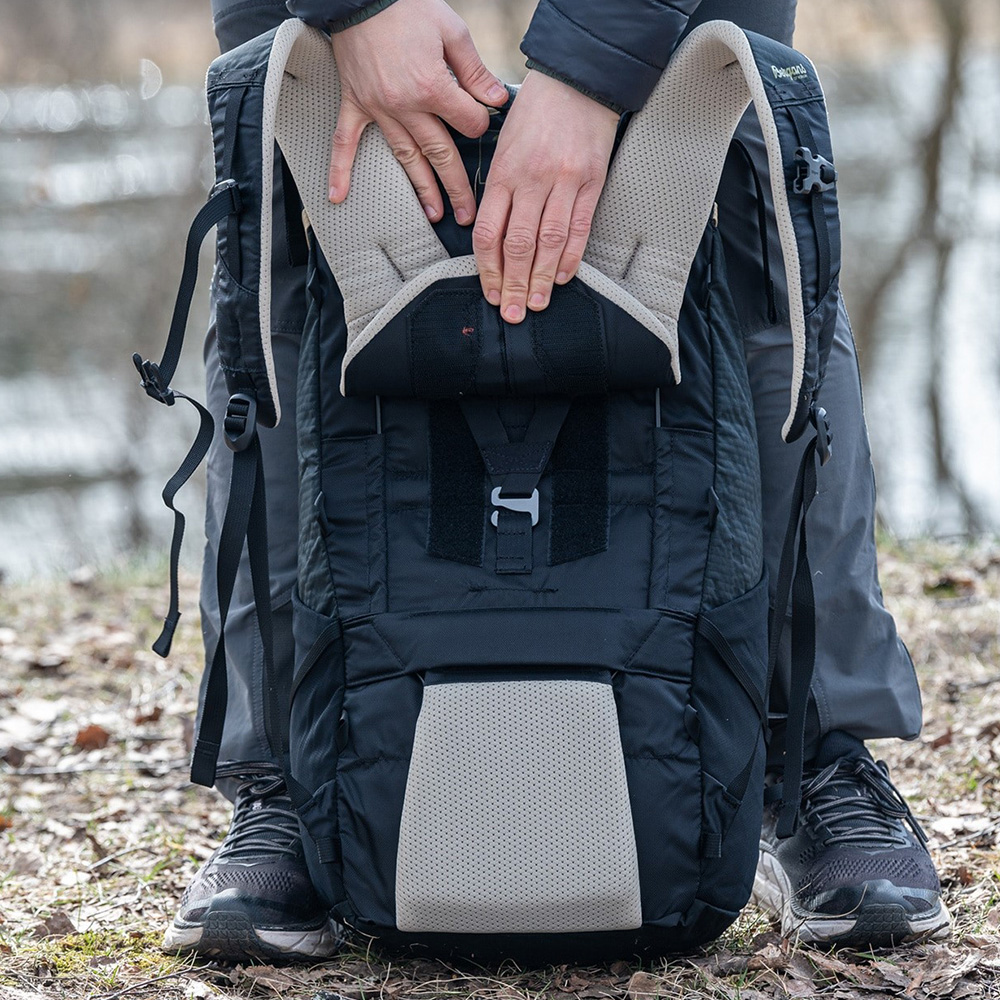 Back Bergans Helium V5 55 Backpack Chalk Sand / Dark Green Oasis