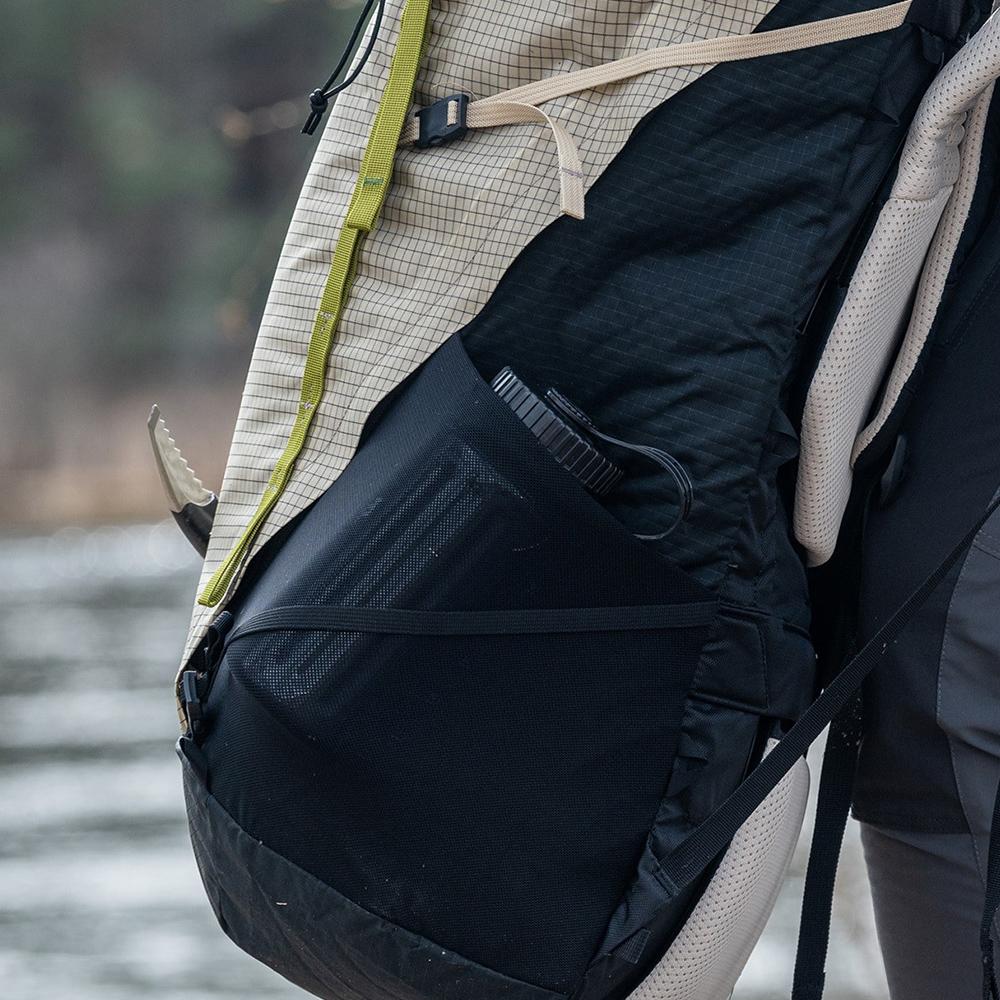 Elastic pockets Bergans Helium V5 55 Backpack Chalk Sand / Dark Green Oasis