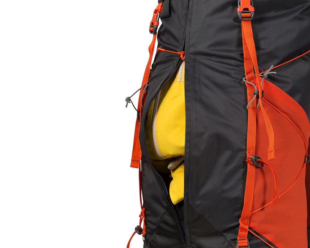 Достъп до основното отделение отвън ултралека туристическа раница Bergans Helium W55L
