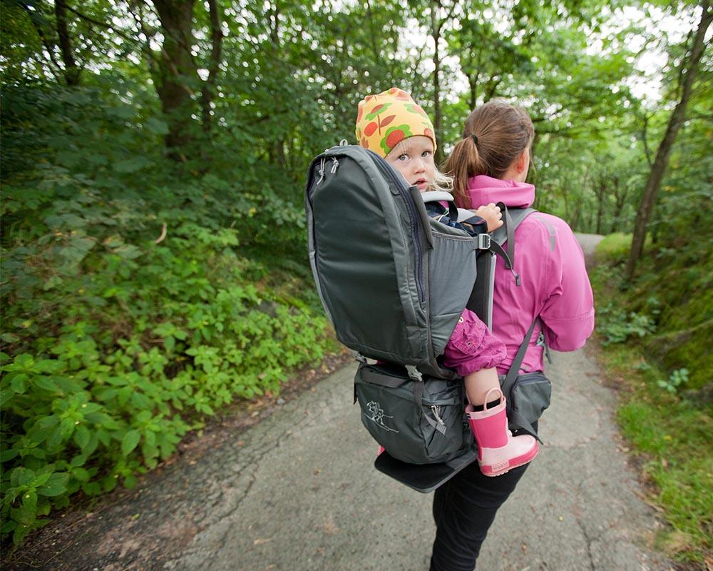 По време на преход с дете туристическа раница за носене на дете Bergans Lilletind Child Carrier
