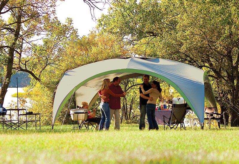 лагеруващи хора под шатра