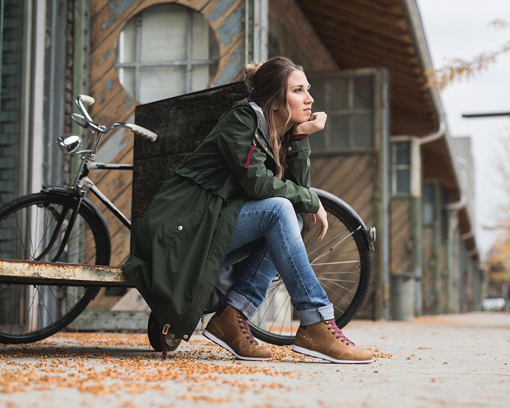 Есенен ден в града с велосипед и дамски обувки Dachstein Julie DDS WMN Mint