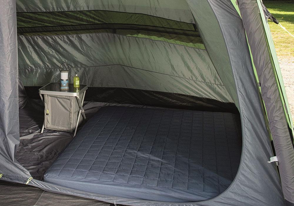 Спално на петместна надуваема палатка Outwell Cedarville 5A 2019