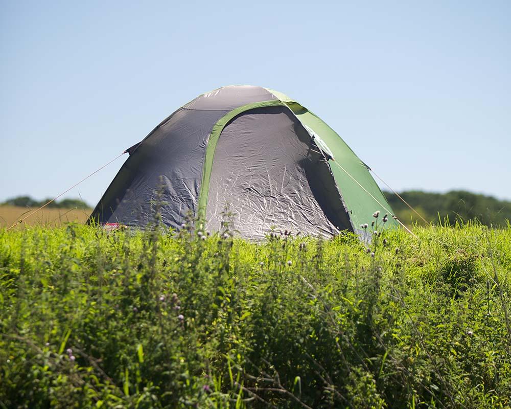 Туристическа двуместна палатка Coleman Darwin 2 отворена по време на къмпинг