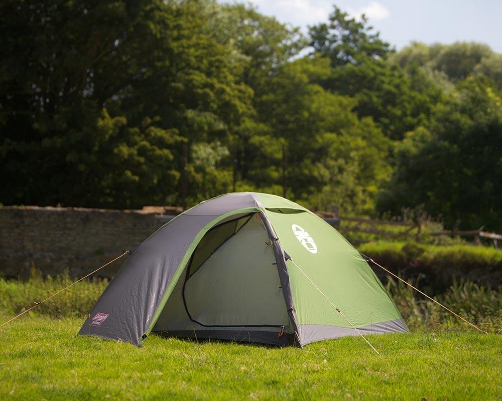 Туристическа триместна палатка Coleman Darwin 3 край езеро