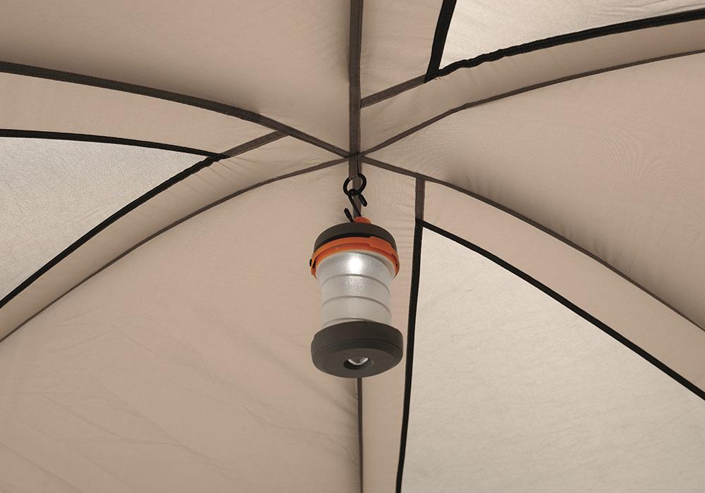 Закачане на фенер в юрта Easy Camp Moonlight Yurt 2021