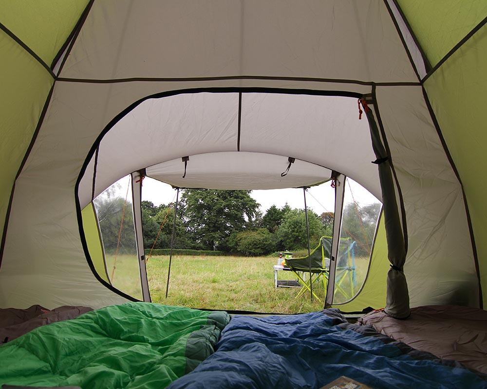 Изглед от спално помещение палатка Coleman Hayden 4