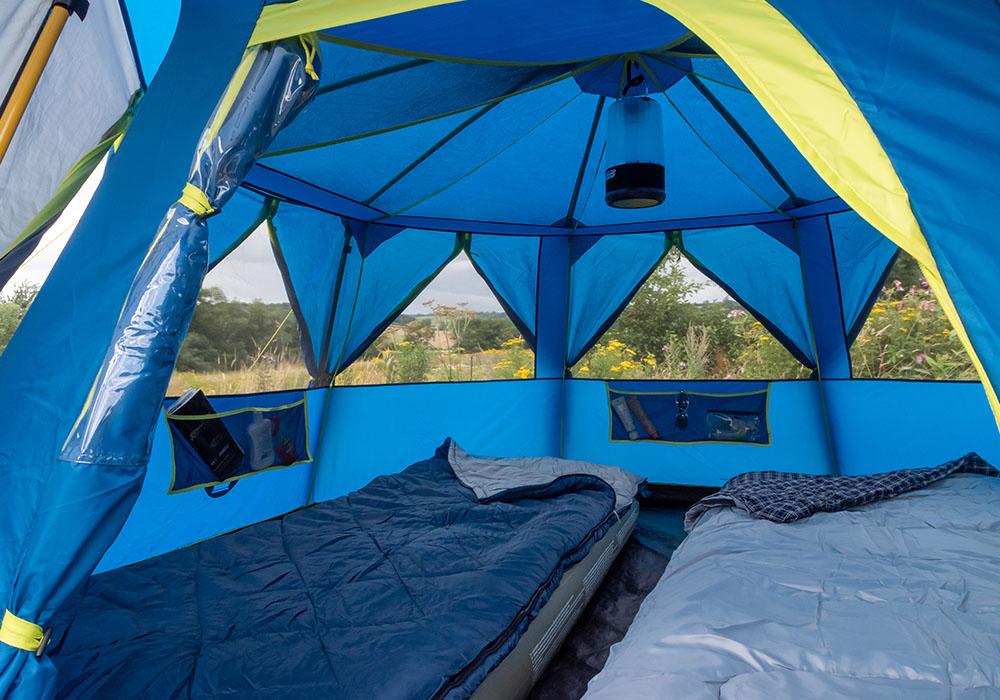 Вътрешно на триместна палатка Coleman OctaGo 3 2020