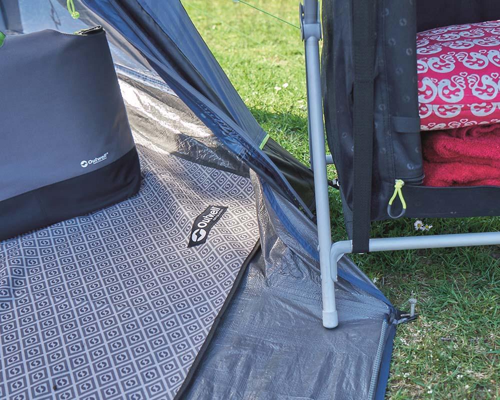 Пришит под към покривалото четириместна палатка Outwell Nevada 4
