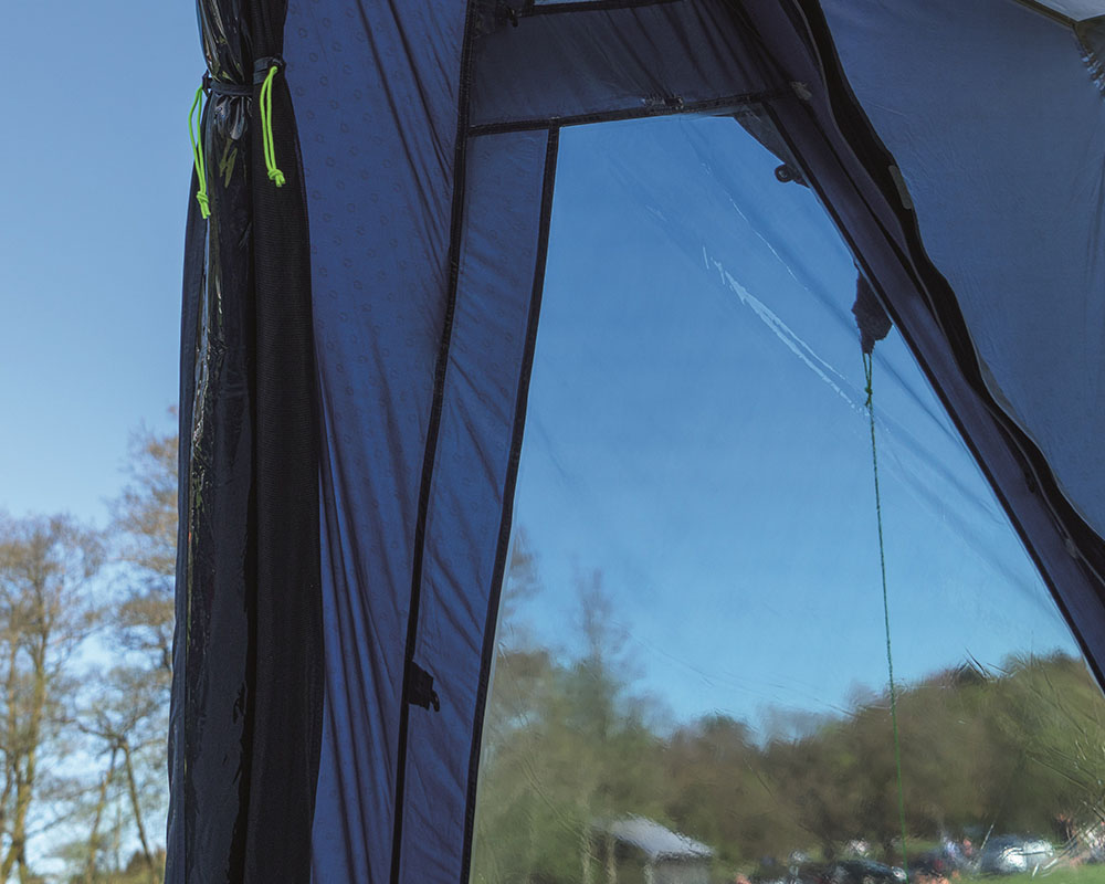 Затъмнени прозорци с покривала четириместна палатка Outwell Nevada 4