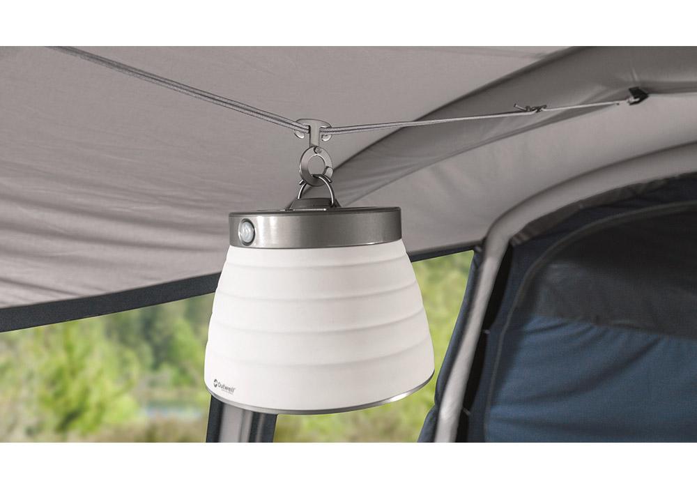 Закачане на фенери в петместна надуваема палатка Outwell Hayward Lake 5ATC 2021
