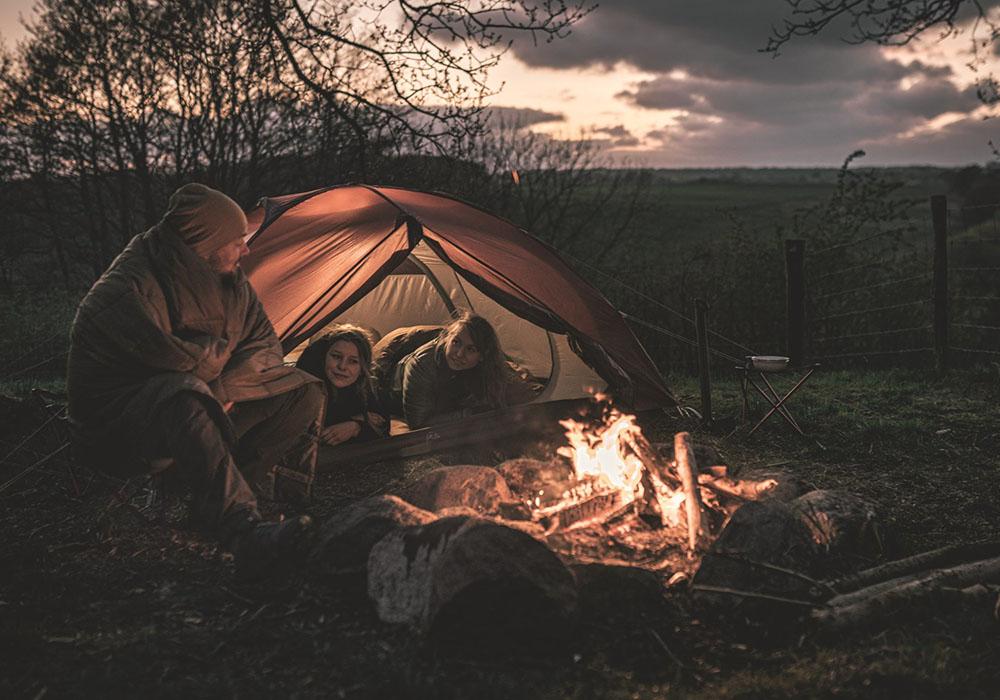 Край лагерния огън с триместна палатка Robens Boulder 3 2021